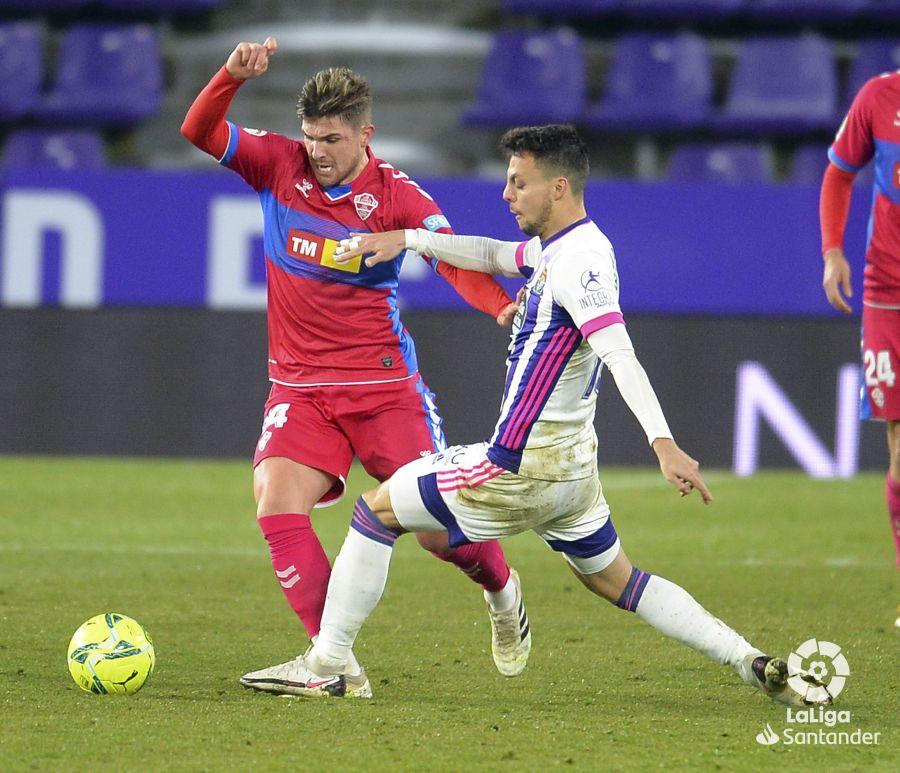 Raúl Guti y Óscar Plano disputan un balón en un Real Valladolid-Elche