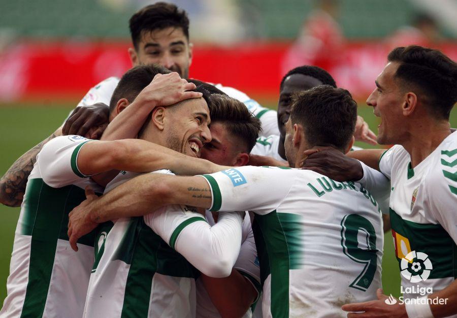 El Elche celebra un gol contra el Sevilla.