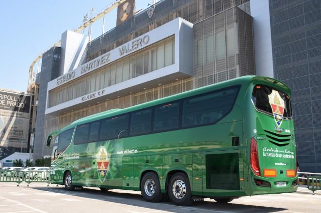 El autobús del Elche frente a la fachada del Martínez Valero