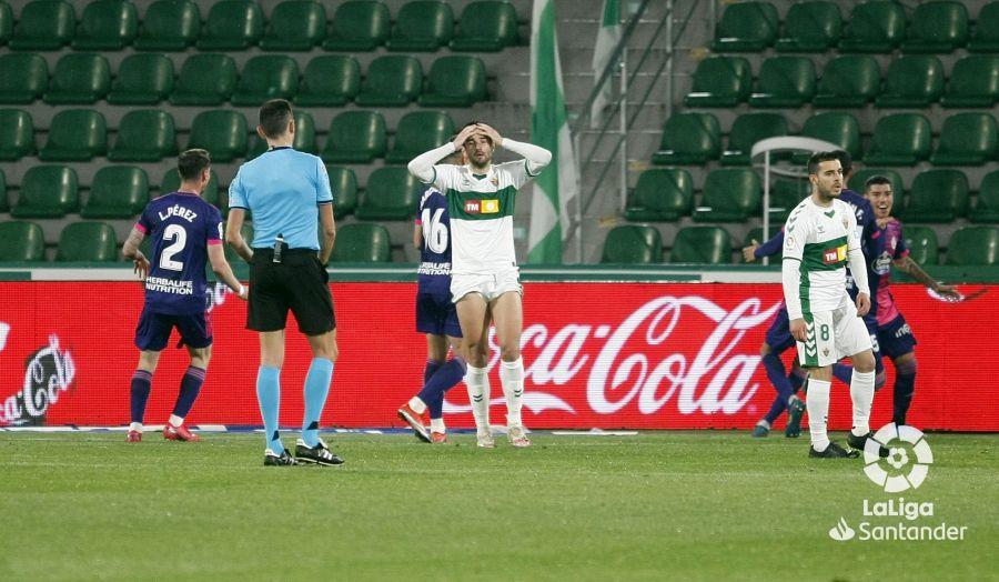 Barragán se echa las manos a la cabeza tras el gol del Real Valladolid