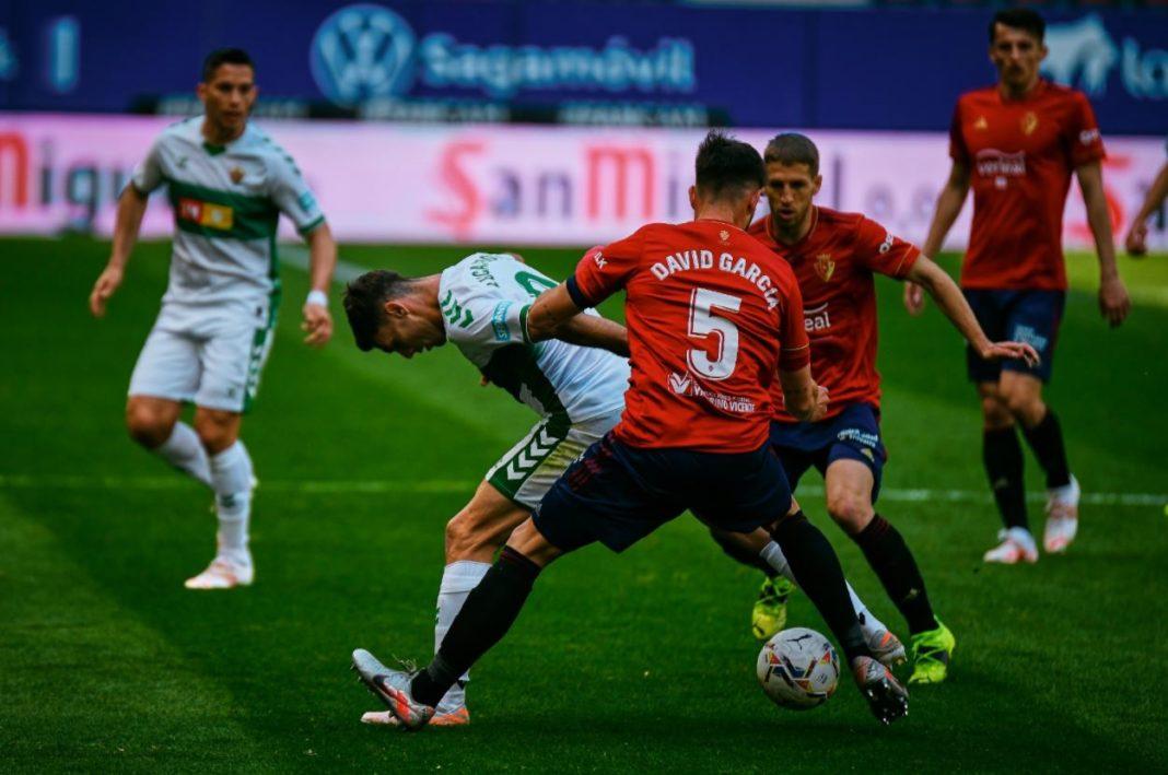 Lucas Boyé controla un balón en el Osasuna-Elche