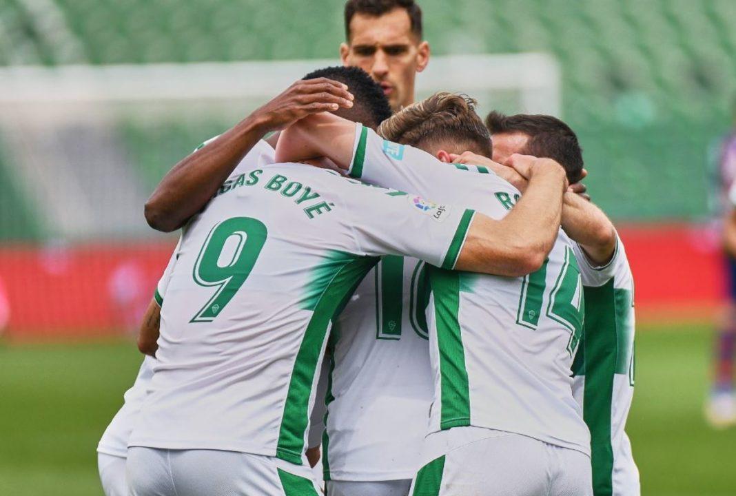 Los jugadores del Elche celebran el gol de Boyé contra el Levante