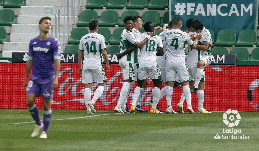 El Elche celebra el gol de Pere Milla contra el Betis.