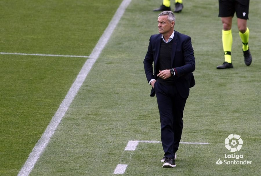 El entrenador del Elche, Fran Escribá, dirigiendo al equipo frente al Betis.