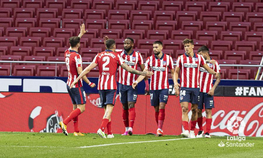 El Atlético de Madrid celebra uno de sus dos goles al Huesca