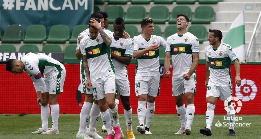 El Elche celebra el gol de Boyé contra el Levante