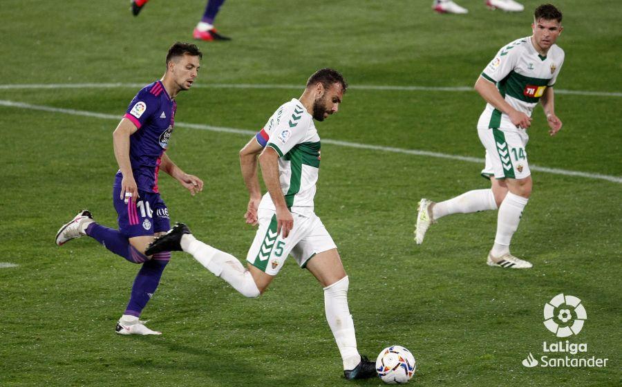 Gonzalo Verdú se dispone a golpear en el Elche-Real Valladolid