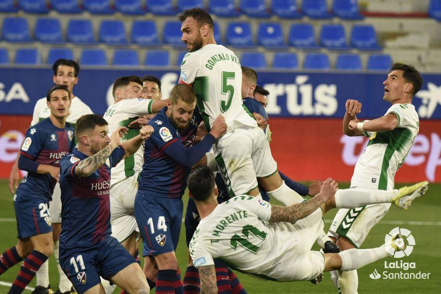 Gonzalo Verdú disputa un balón en el Huesca-Elche