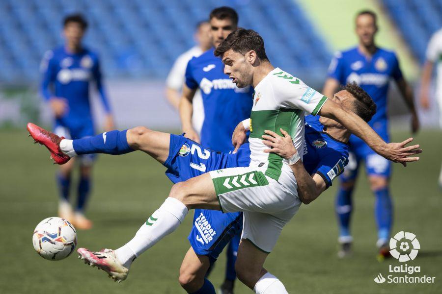 Lucas Boyé protege un balón en el Getafe-Elche