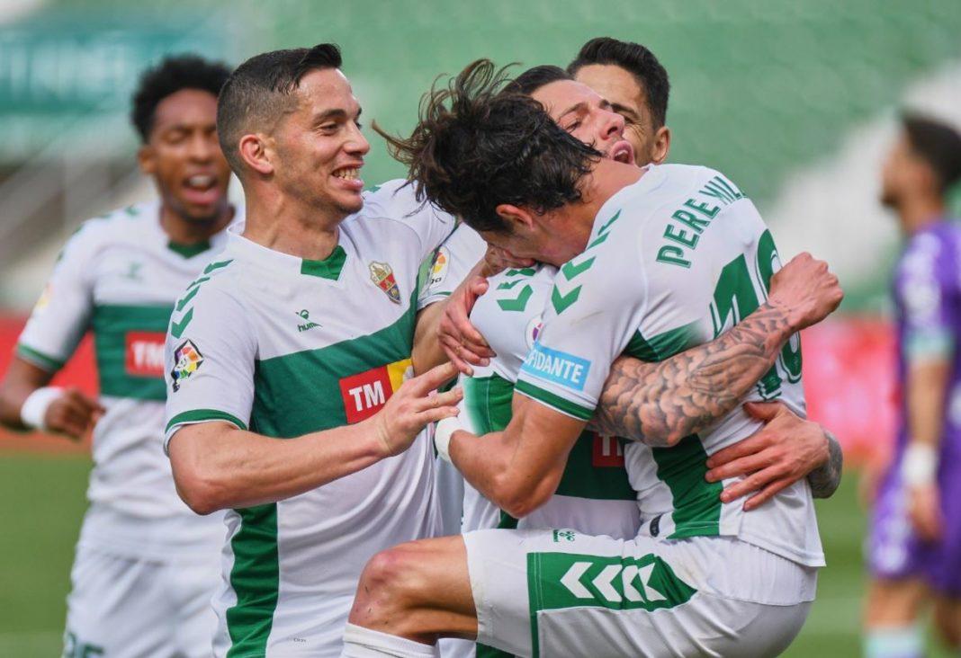 Abrazo entre Tete Morente y Pere Milla tras el gol del Elche frente al Betis