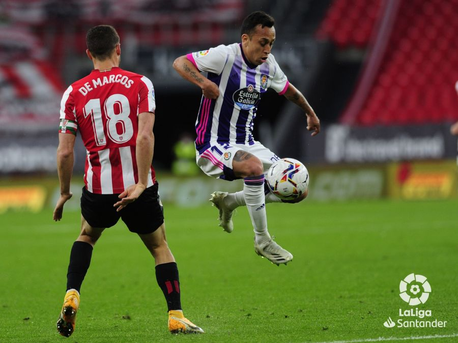 Orellana conduce un balón con el Real Valladolid