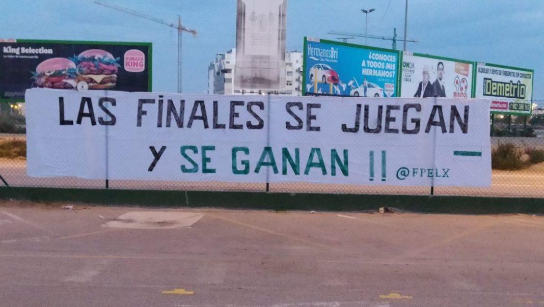Pancarta de ánimo de la Federación de Peñas del Elche antes de la 'final' ante el Real Valladolid