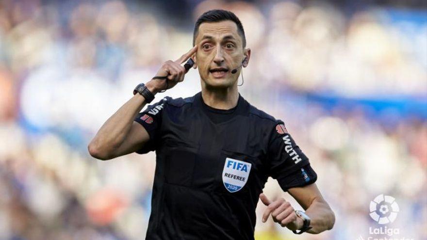 José María Sánchez Martínez arbitrando un partido