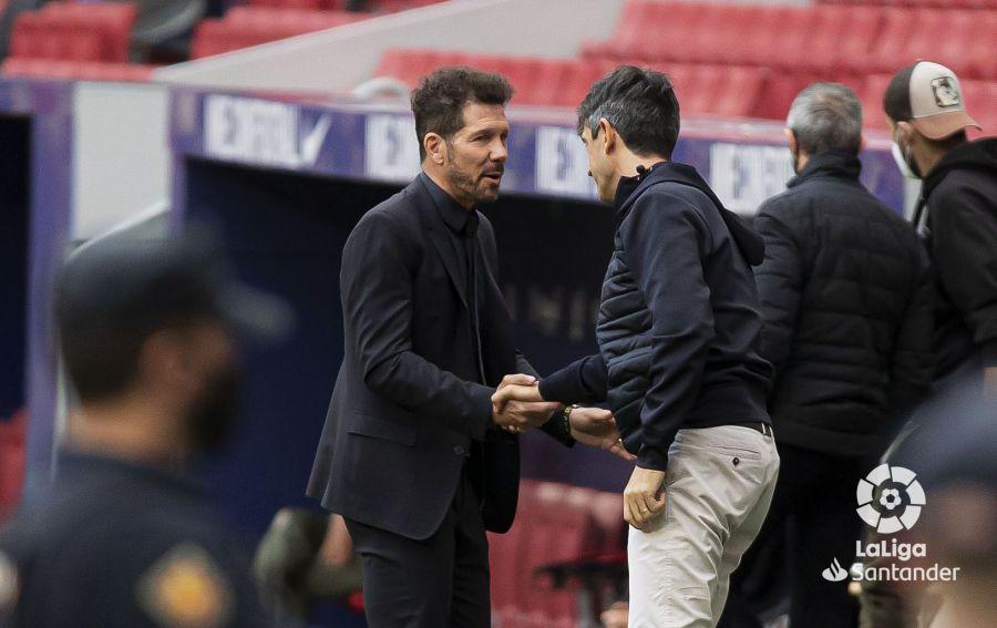 Simeone saluda a Pacheta antes del Atleti-Huesca