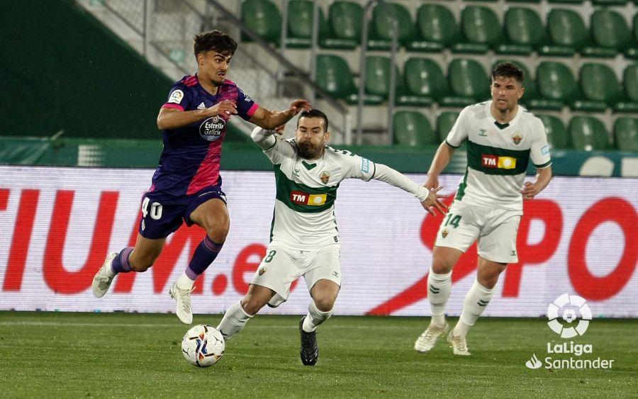 Víctor Rodríguez disputa un balón ante Jota en el Elche-Real Valladolid