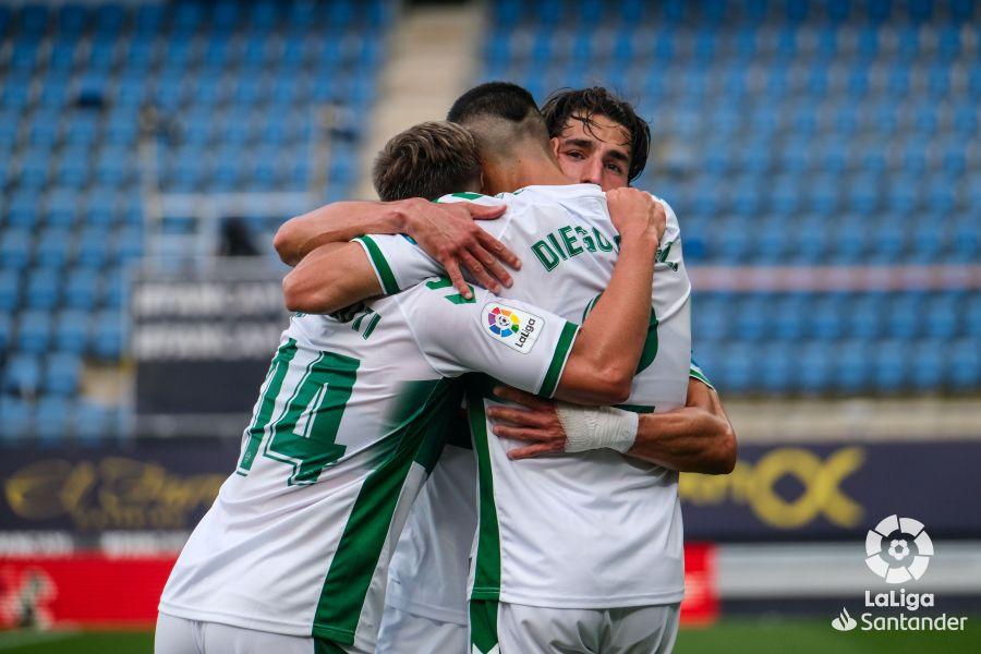 El Elche celebra el gol de Diego González en Cádiz