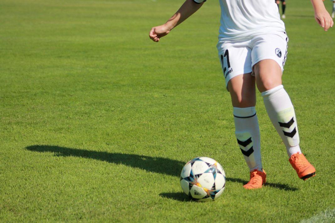 Una jugadora del Friburgo conduce un balón