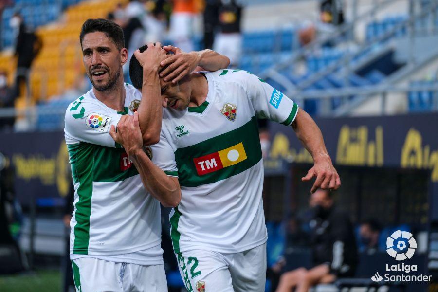 Fidel y Diego González celebran el gol del central en el Cádiz - Elche