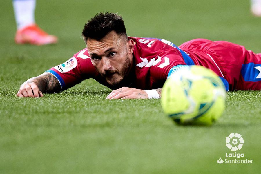 Josan mira el balón en el Real Sociedad - Elche