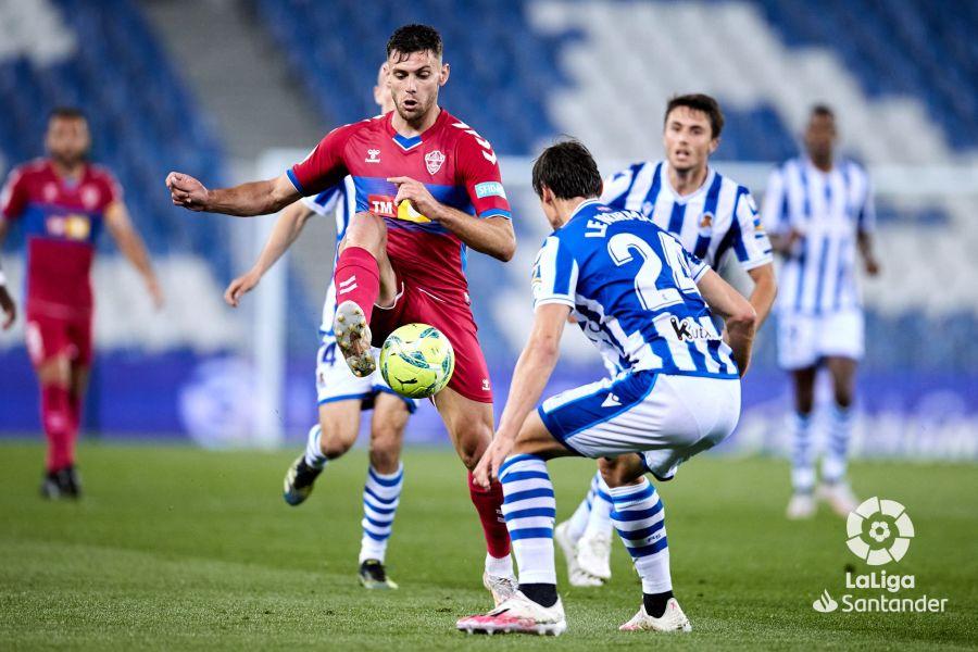 Lucas Boyé controla un balón en el Real Sociedad - Elche