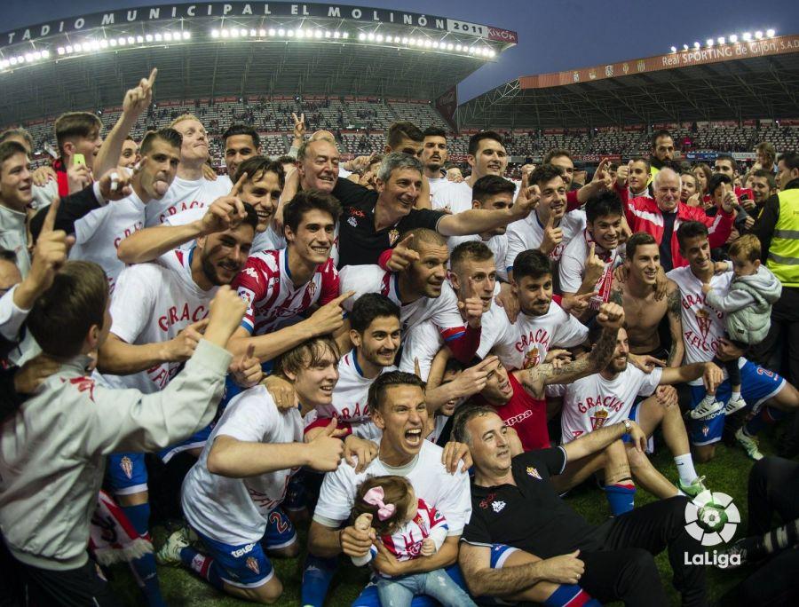 El Sporting celebra su salvación en Primera en 2016. Un espejo para el Elche.